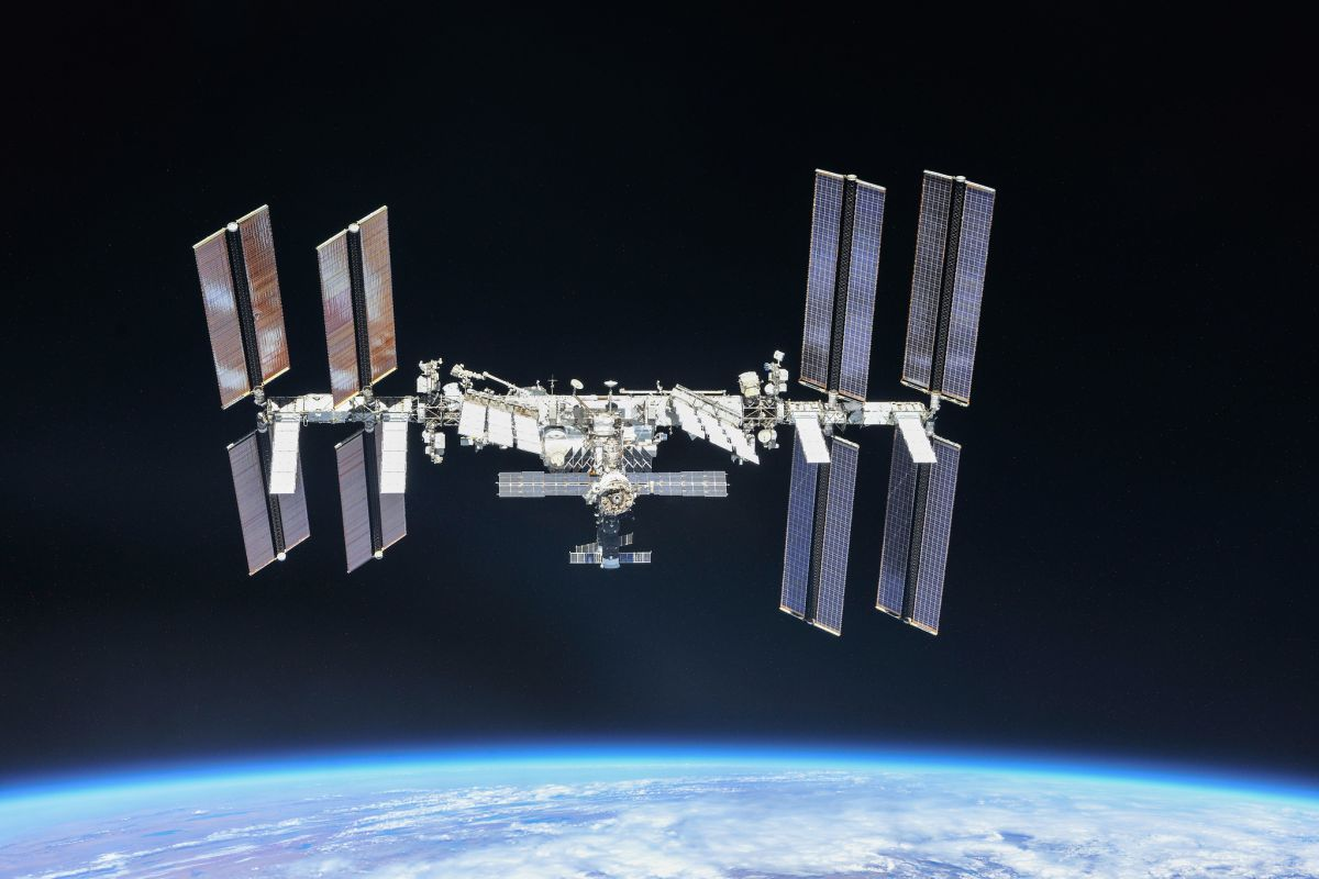 US Dragon crewship launches to space station